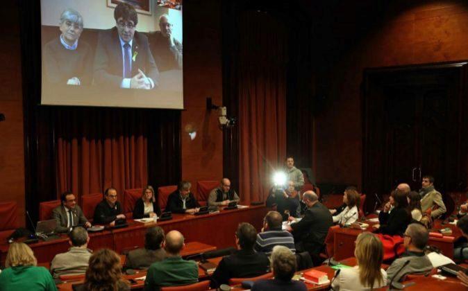 Los diputados electos Carles Puigdemont (c), Clara Pontasí (i) y...