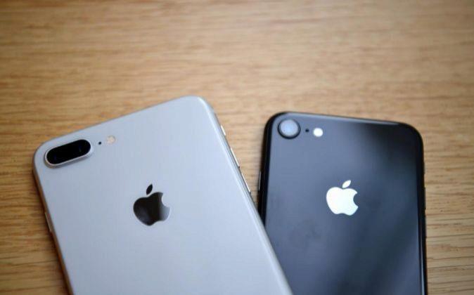 Dos iPhone en una tienda Apple.