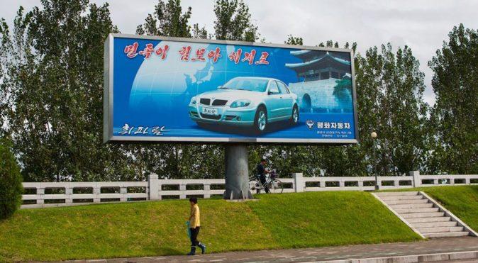 Un anuncio de un modelo de Pyeonghwa Motors en Pionyang