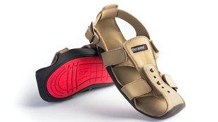 Los zapatos creados por Kenton Lee, un voluntario que trabajaba con...