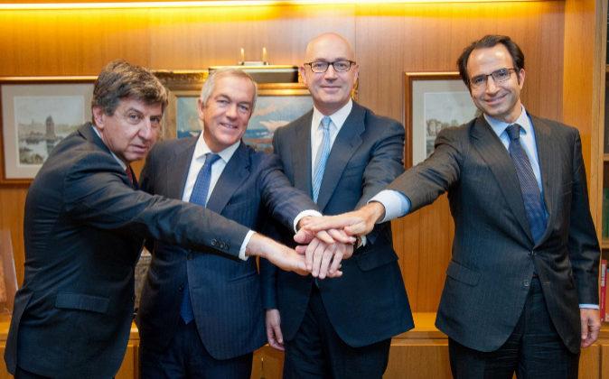 De izquierda a derecha, Gabriel Alonso, responsable de Banca Mayorista...