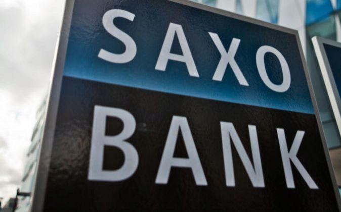 Logotipo de Saxo Bank delante de un edificio.
