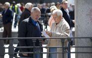 Pensionistas mirando un recibo bancario.