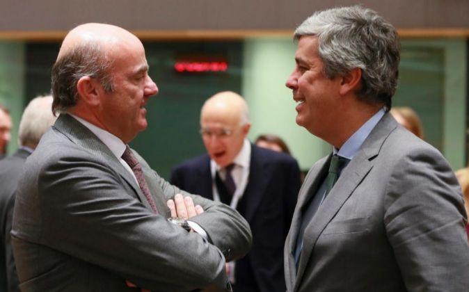 El ministro español de Economía, Luís de Guindos (i), saluda al...