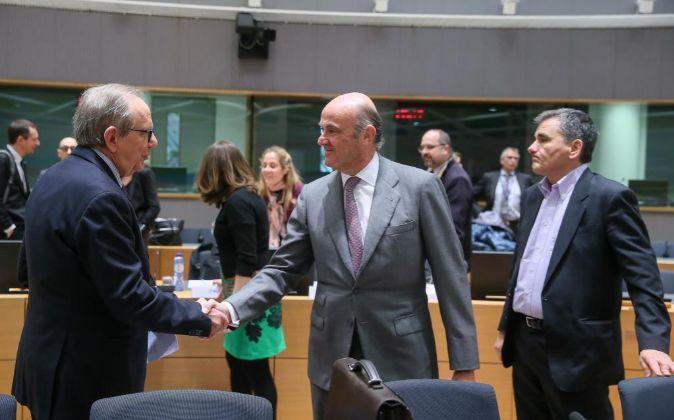 El ministro italiano de Economía, Pier Carlo Padoan, y sus homólogos...