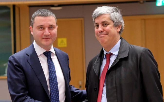 El nuevo presidente del Eurogrupo, el portugués Mario Centeno (dcha),...