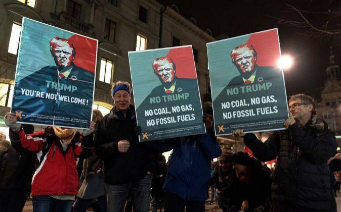 Varios manifestantes participan en una protesta contra el presidente...