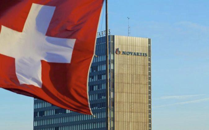 Sede de Novartis junto a una bandera de Suiza.