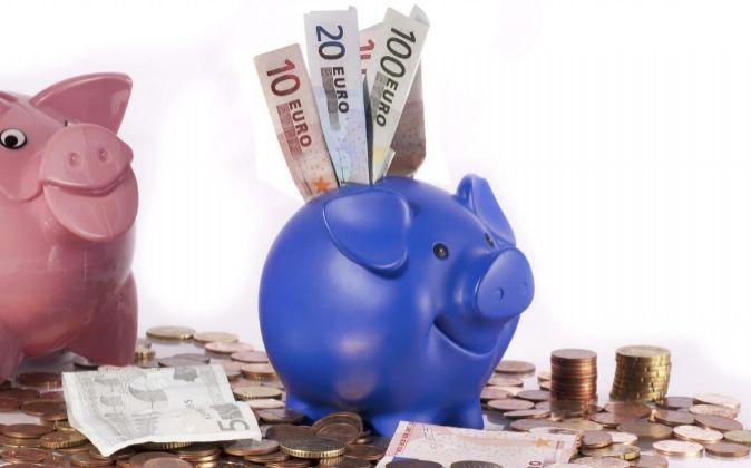 Cerdito de hucha con dinero en euros.