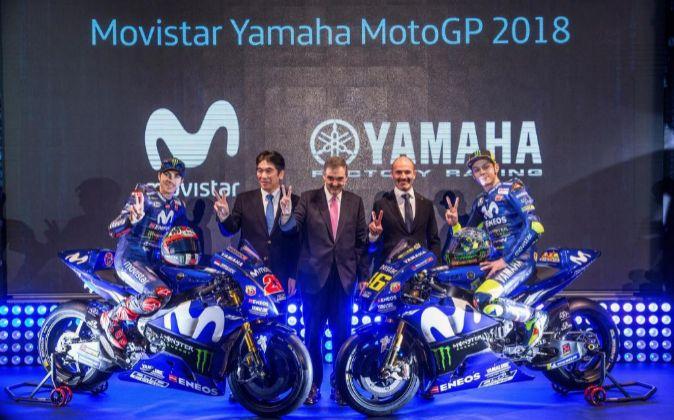 Rossi y Viñales, junto al presidente de Yamaha Motorsport, Kouichi...