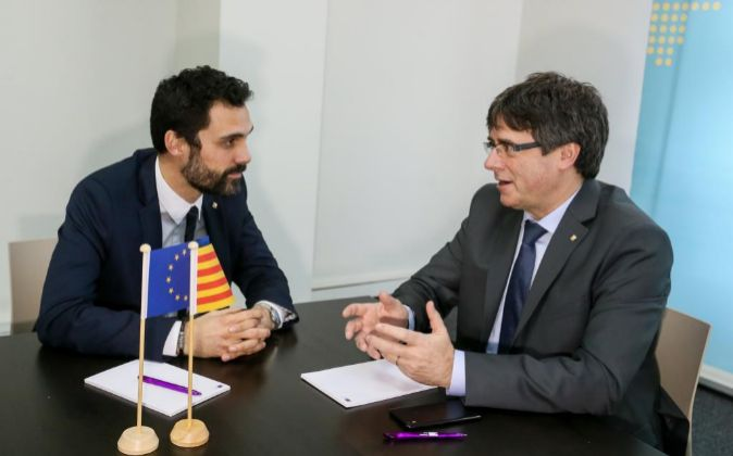 El expresidente de la Generalitat Carles Puigdemont (d) conversa con...