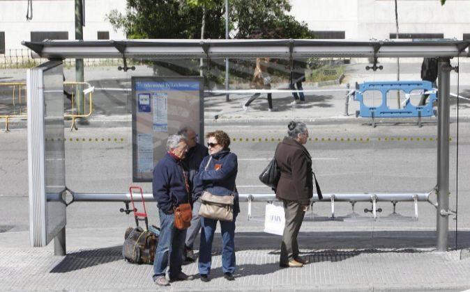 Jubilados en una parada de autobús.