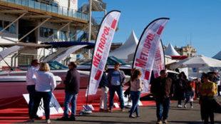 Visitantes del Valencia Boat Show,junto a uno de los expositores,...