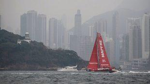 El  barco español Mapfre, durante la regata de la isla de Hong Kong....