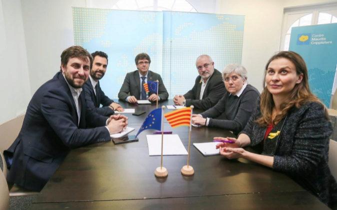 El expresidente de la Generalitat Carles Puigdemont (c) y el...