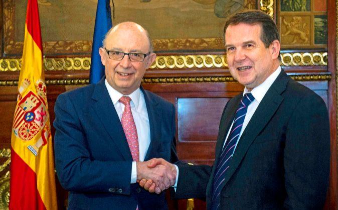 El ministro de Hacienda, Cristóbal Montoro, y el presidente de la...