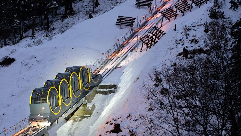 Vista del empinado funicular, ubicado en la localidad suiza de Stoos,...