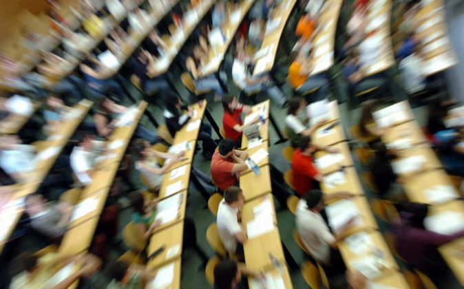 Alumnos examinándose en un aula de la Facultad de Estomatología de...
