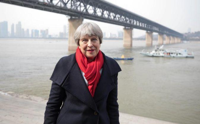 La primera ministra británica, Theresa May, posa durante una visita...