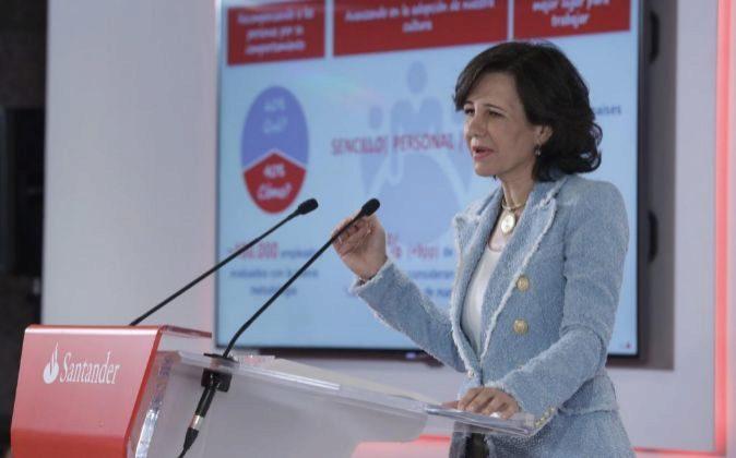 La presidenta del Banco Santander, Ana Botín, durante la rueda de...