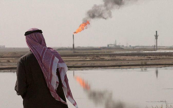 Árabe observa un pozo petrolífero en el yacimiento de Burgan, al sur...