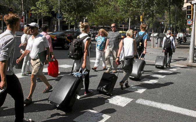 Turistas cruzando un paso de cebra.