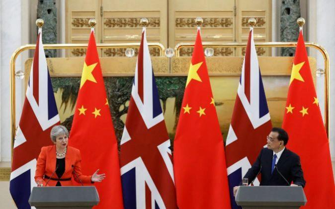 La primera ministra de Reino Unido, Theresa May, y su homólogo chino,...