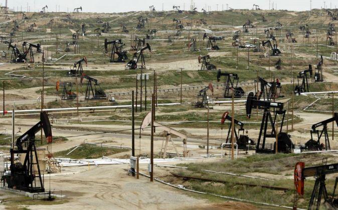 Pozos de petróleo de Chevron en Bakersfield, California (EEUU)