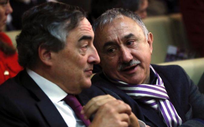 El secretario general de UGT, Pepe Álvarez (d), y el presidente de la...