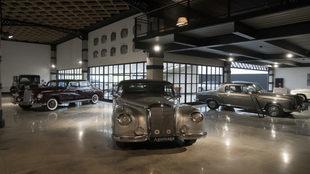 En primer término un W 186 300 Cabrio de 1952; a la dcha. un 220 SE...