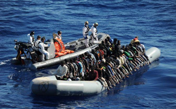 Imagen de archivo del rescate de una patera en aguas del Mediterráneo
