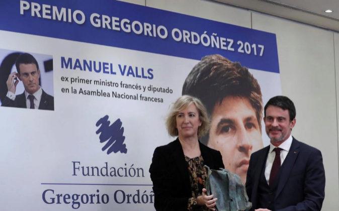 El exprimer ministro de Francia Manuel Valls (d) recibe el Premio...