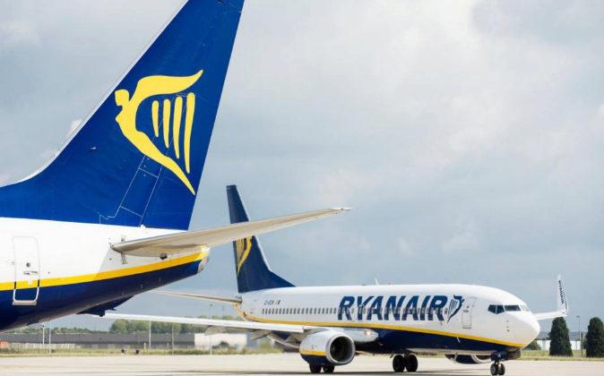 Dos aviones de la aerolínea irlandesa Ryanair esperan su siguiente...