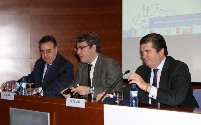 De izquierda a derecha, Antonio Llardén, presidente de Enagás;...