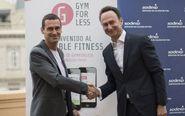 Oriol Vinzia, CEO de GymForLess (izda.) y François Gaffinel ,...