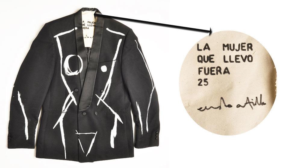 Detalle de la chaqueta numerada con cuerpo femenino 'La mujer que...