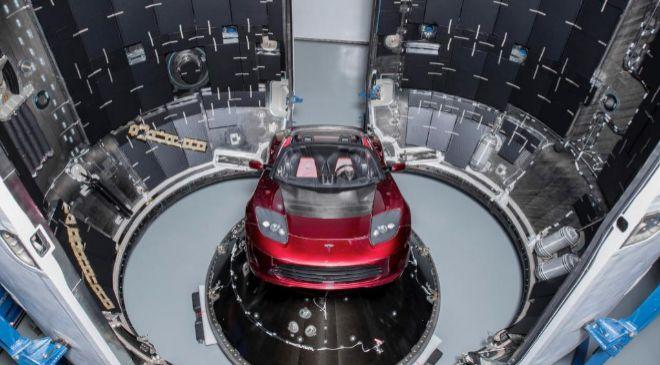 El automóvil eléctrico Tesla de color rojo, montado dentro del...