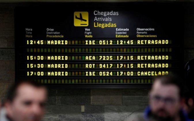 Panel informativo del aeropuerto coruñés de Alvedro, donde los...