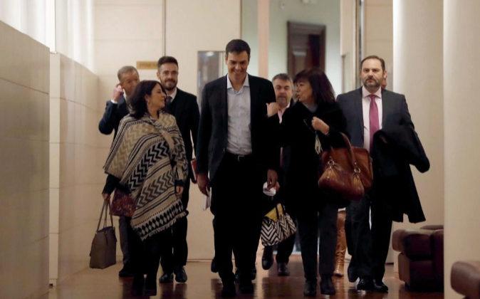 El secretario general del PSOE, Pedro Sánchez, hoy junto a sus...