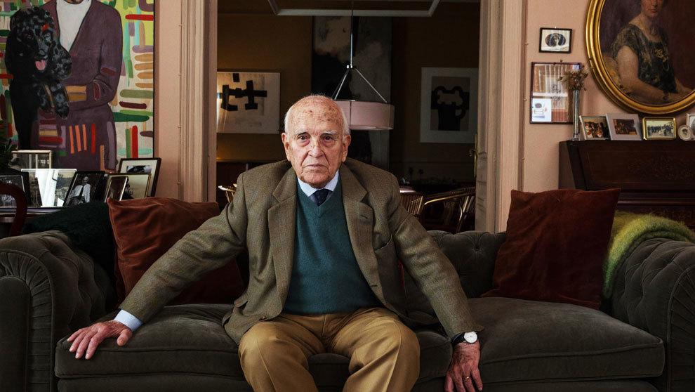 Milá, de 86 años, en el salón de su casa, entre los retratos de su...