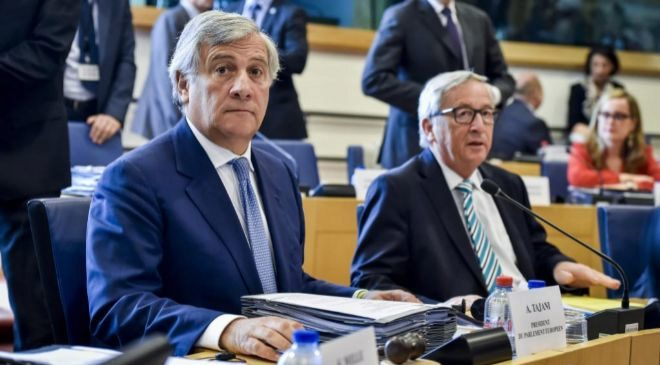 Antonio Tajani, presidente del Parlamento Europeo, junto a Jean Claude...