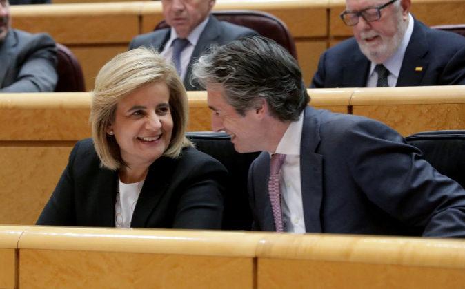 La ministra de Empleo, Fátima Báñez, junto al ministro de Fomento,...
