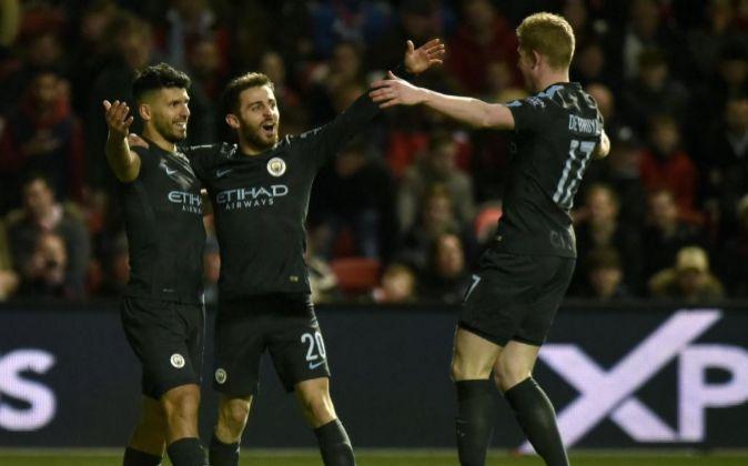 Sergio Aguero (i) celebra un gol con el de Manchester City.