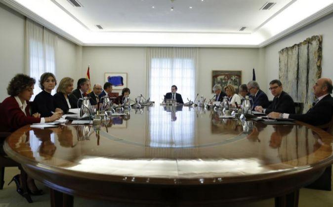 El jefe del Ejecutivo, Mariano Rajoy (c), en una reunión...