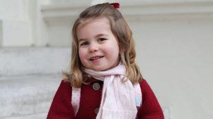 Charlotte de Cambridge, 2 años, en las escaleras de la residencia...