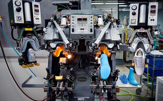 eficacia Dormido suspender  los robots se calzan unas nike