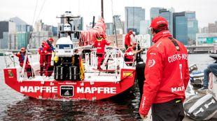 Ñeti observa desde el pantalán una salida al agua del Mapfre en Hong...
