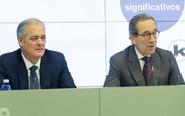El presidente de Kutxabank, Gregorio Villalabeitia (dcha), y el...