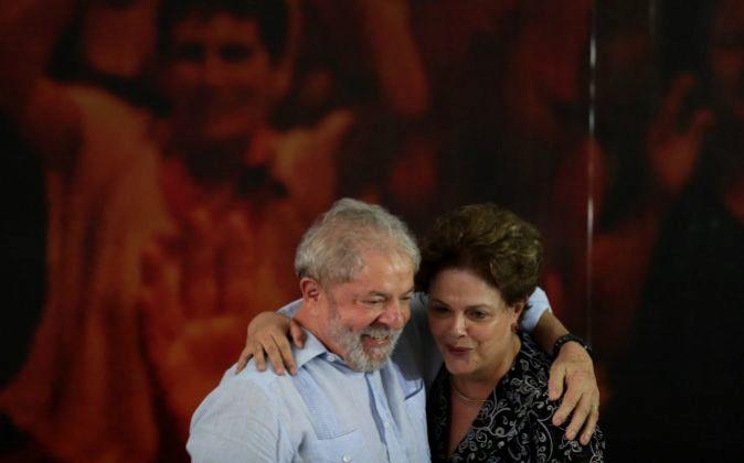 El ex presidente de Brasil Lula da Silva abraza a la también ex...