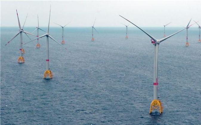 Foto de archivo de aerogeneradores en el mar.